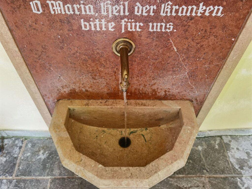 Das Heilwasser entspringt am Klobenstein, in der Lourdes Kapelle kannst du es abfüllen