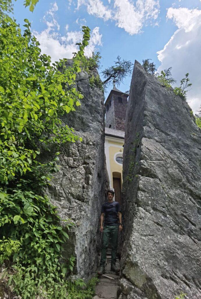 Klobenstein Kössen - der gespaltene Felsen bei der Kirche