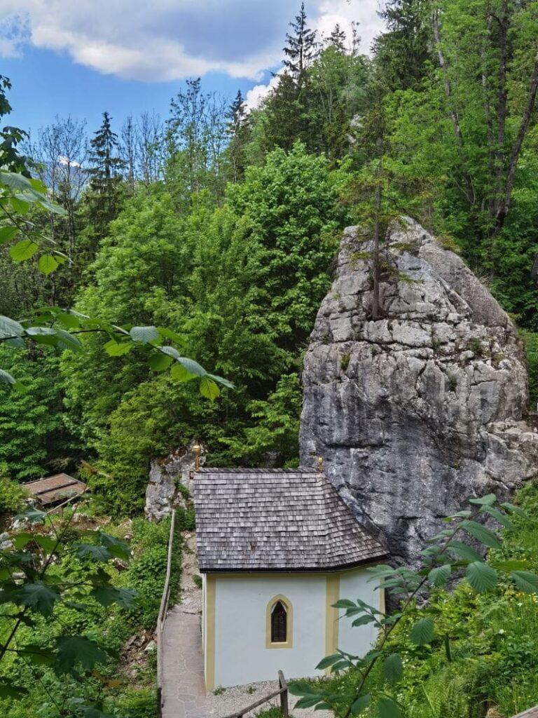 Imposante Kapelle am Klobenstein - hier ist der Brunnen mit dem Heilwasser