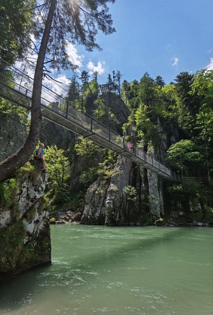 Die spektakulärste Stelle am Schmugglerweg - die Hängebrücke bei der Entenlochklamm + oben im Bild die Aussichtsplattform